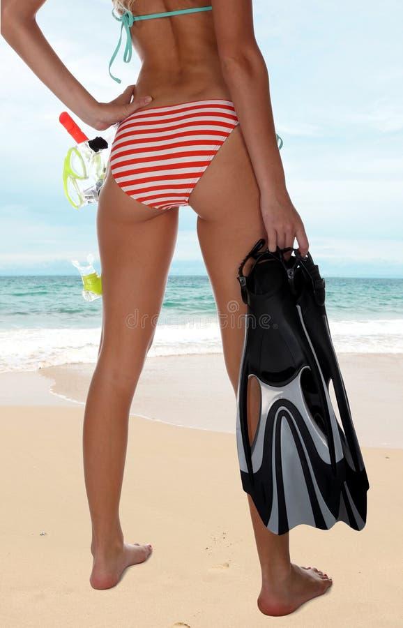 Bikiniflicka med skyddsglasögon och snorkeln arkivbild