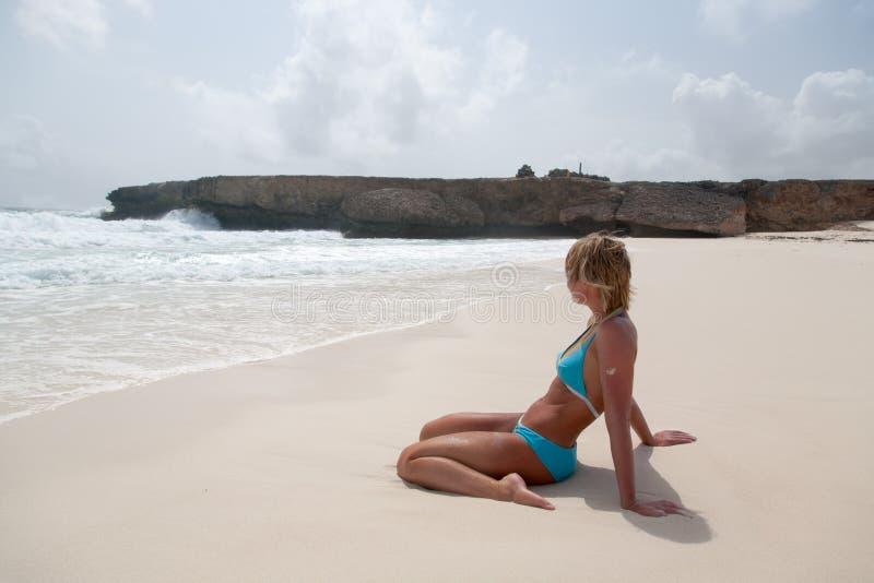 Bikiniflicka på stranden för karibiskt hav fotografering för bildbyråer