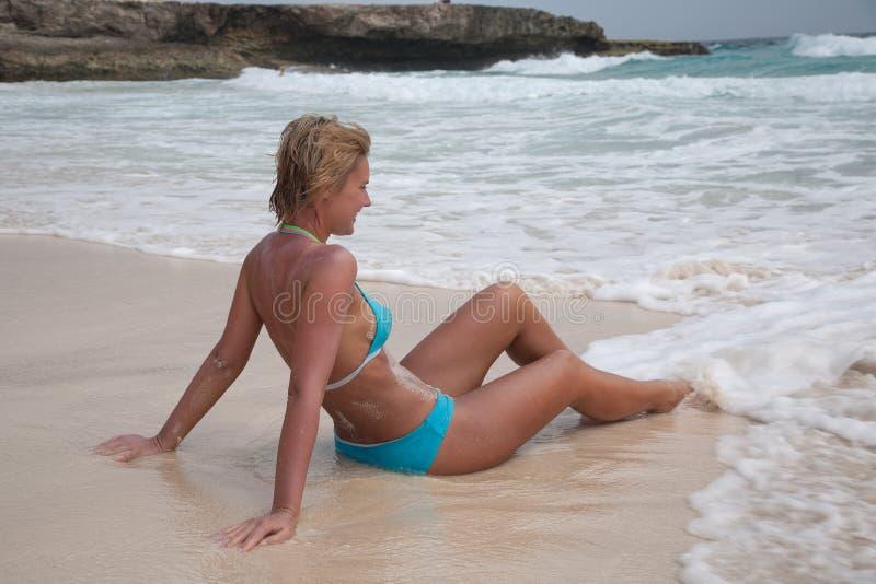 Bikiniflicka på stranden för karibiskt hav royaltyfria bilder