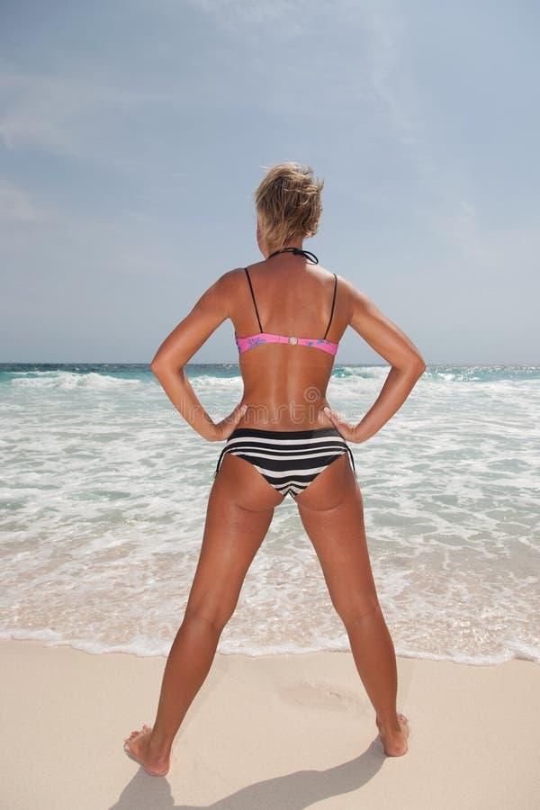 Bikiniflicka på stranden för karibiskt hav arkivbild