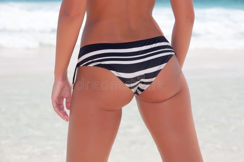Bikiniflicka på stranden för karibiskt hav royaltyfria foton