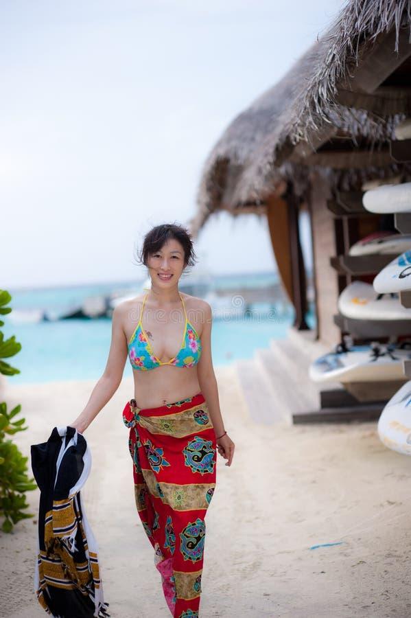 Bikinimädchen am Strand lizenzfreie stockfotografie