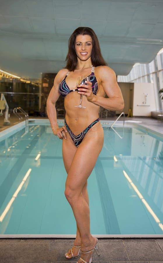 Bikinimodel met Stillettos en Wijnglas stock foto
