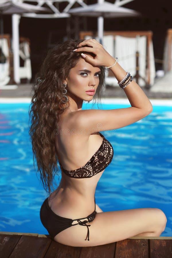 Bikinimodel Mooi sexy donkerbruin meisjesmodel met lange golvend royalty-vrije stock foto