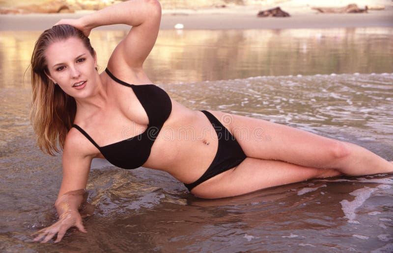 bikinimodellbränning arkivfoto