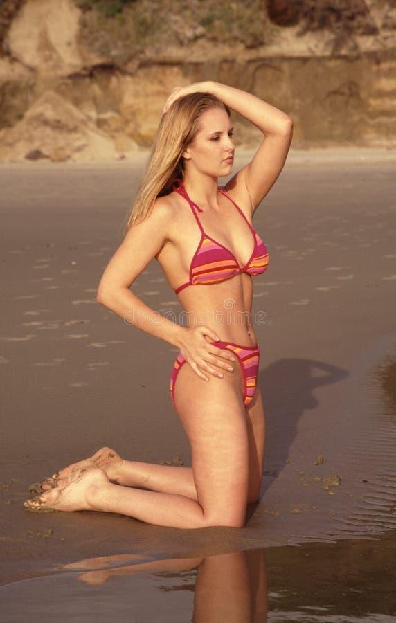 bikinimodellbränning arkivfoton