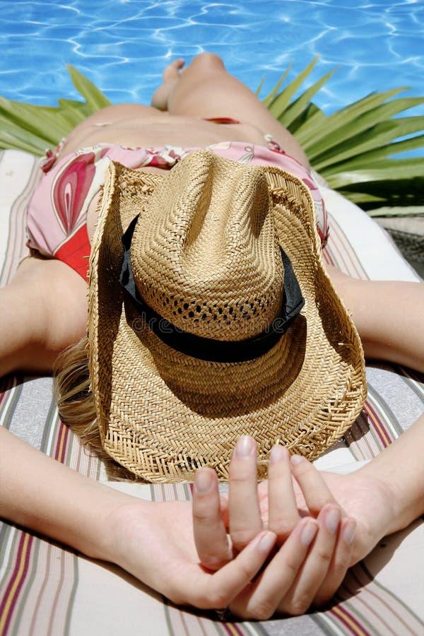 BikiniSunbather lizenzfreie stockfotografie