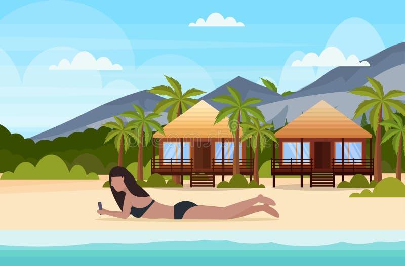 Bikinivrouw het zonnebaden meisje in zwempak die smartphone het sociale media van de communicatie concept de zomervakantie bunglo stock illustratie