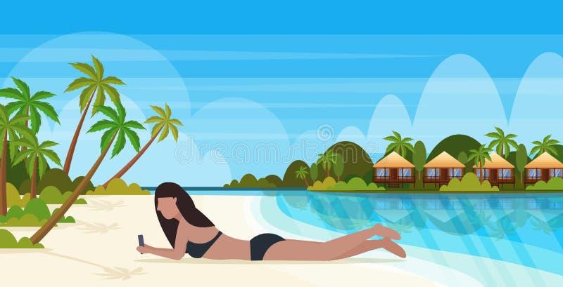 Bikinivrouw het zonnebaden meisje in zwempak die smartphone het sociale media van de communicatie concept de zomervakantie bunglo royalty-vrije illustratie