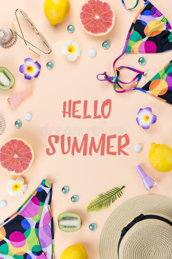 Bikinizwempak met strohoed, bloemen en vruchten, vlak ontwerp, de zomerconcept Strandbestemming, de zomermanier royalty-vrije stock afbeelding