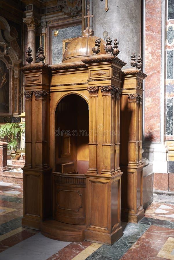 Biktstol på kyrkan arkivbild