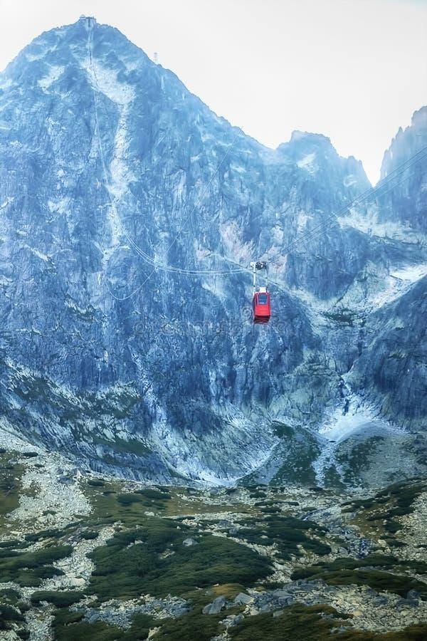 Bil för flyg- kabel med de Tatra bergen i bakgrunden fotografering för bildbyråer