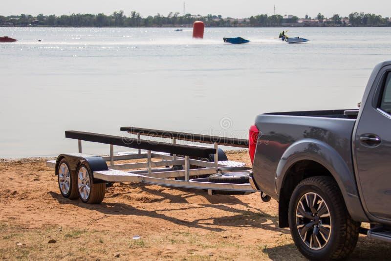 Bil för flyttning snabba motorbåten till varje match, stopp nära dammet arkivbild