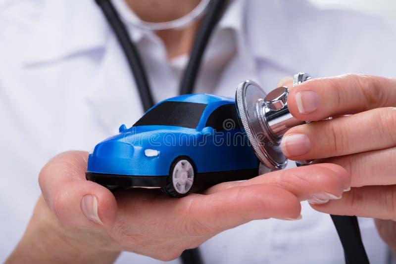 Bil för hand för doktors` s undersökande arkivbild