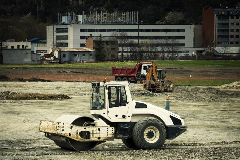 Bil för medel för rullcompactor industriell tegelstenkonstruktion som utomhus lägger lokalen arkivfoton