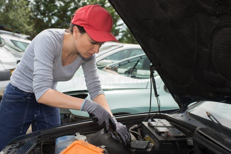 Bil för motor för fixande för auto mekaniker för kvinna utomhus fotografering för bildbyråer