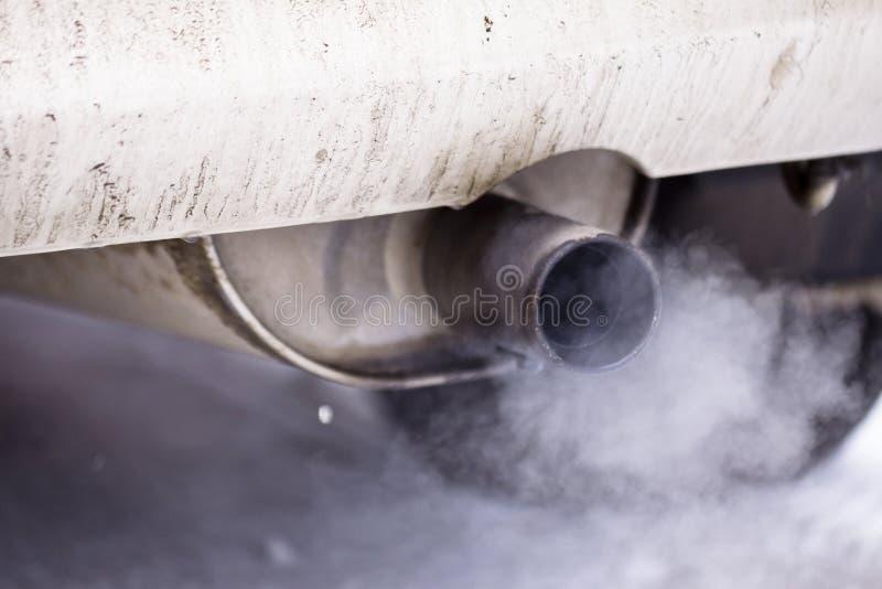 Bil för rökavgasrörrør arkivfoto