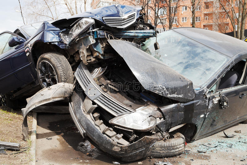 Bil för två bilar som är bruten under vägolycka royaltyfri bild