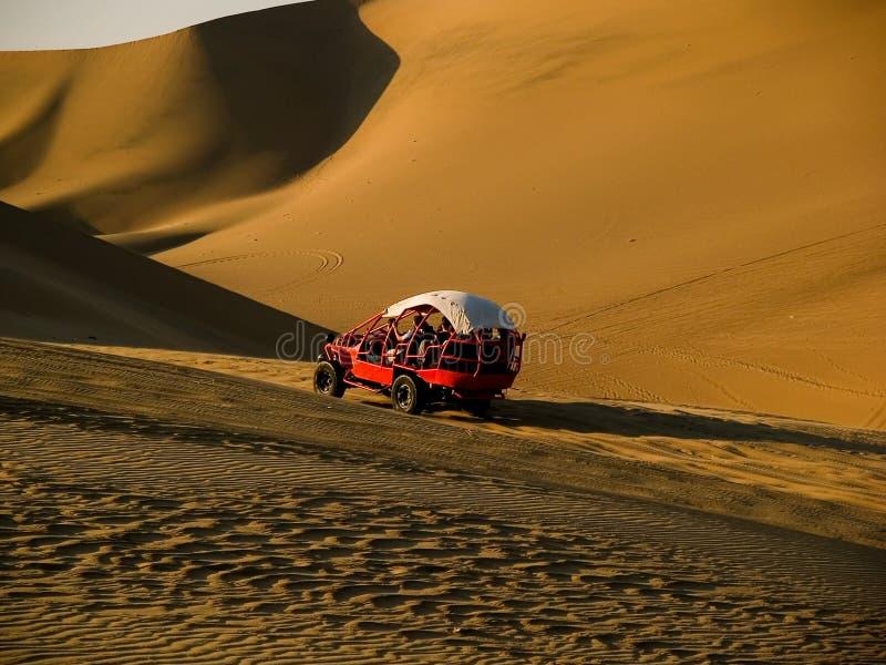 Bil i öknen arkivfoto