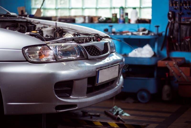 Bil i behov av reparationen royaltyfria foton