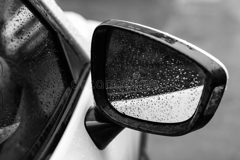 Bil i droppar av vatten efter regn royaltyfri foto