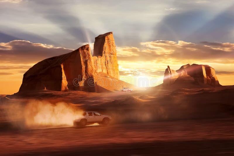 Bil i rörelse i Dashten-e Lut Desert mot solnedgång Härliga strålar under vaggar iran royaltyfri foto