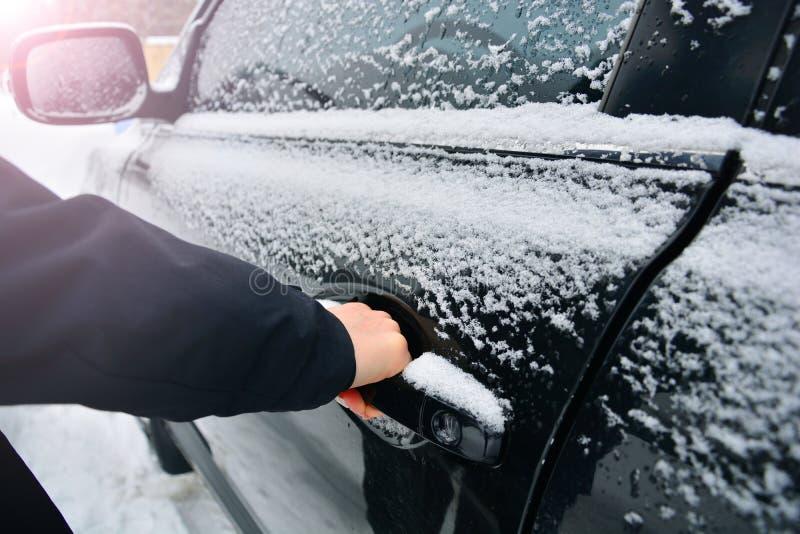 Bil i snow Djupfryst bildörrhandtag royaltyfri fotografi
