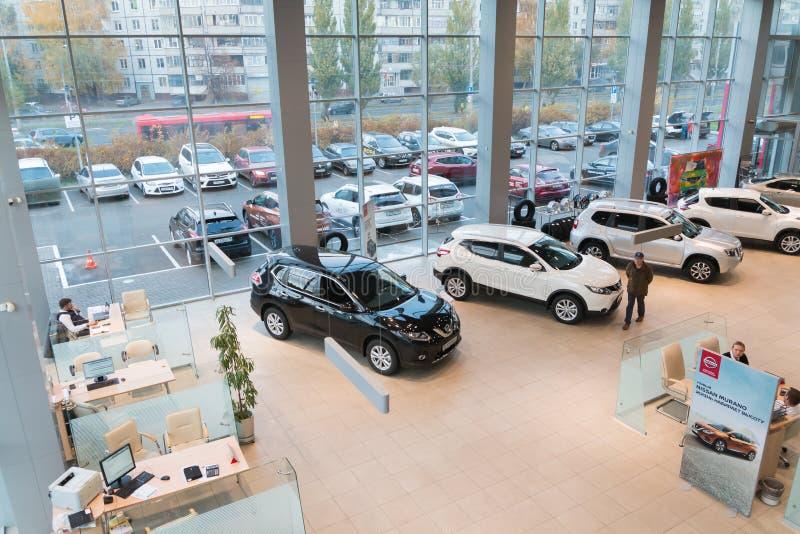 Bil i visningslokal av återförsäljaren Nissan i den Kazan staden övre sikt royaltyfri fotografi