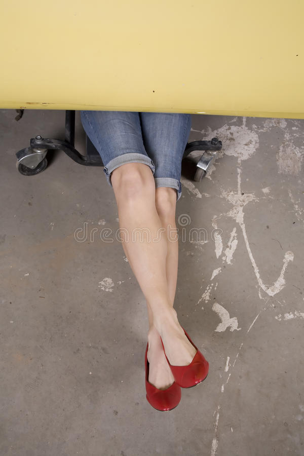 bil korsade ben under arkivbild