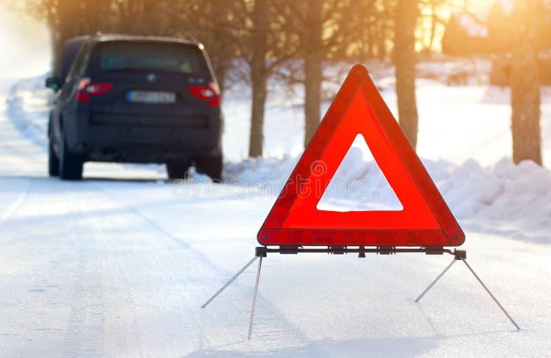 Bil med en sammanbrott i vintern royaltyfria foton