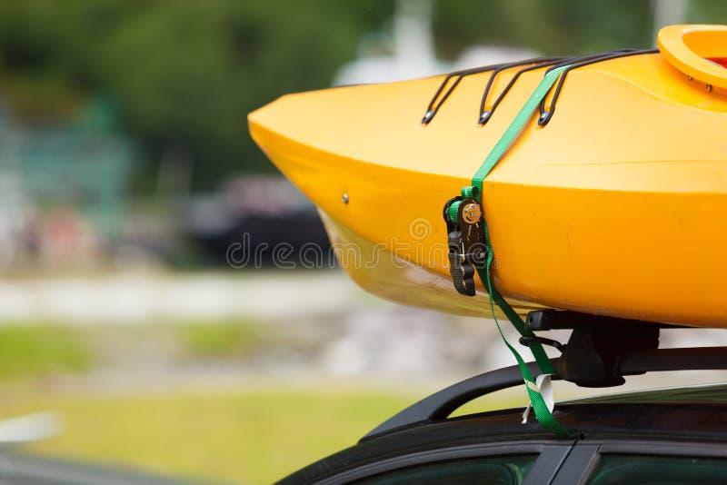 Bil med kanoter överst arkivfoton