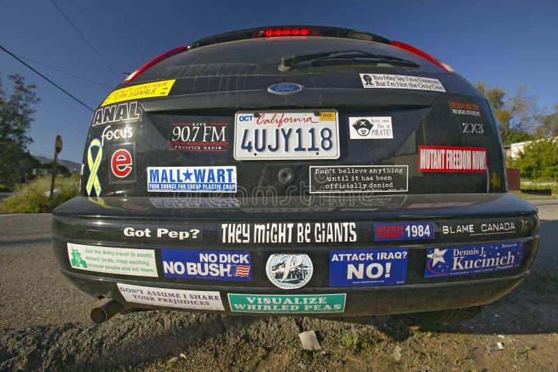 Bil med politiska och sociala frågebildekaler i eksikt, Kalifornien royaltyfria bilder