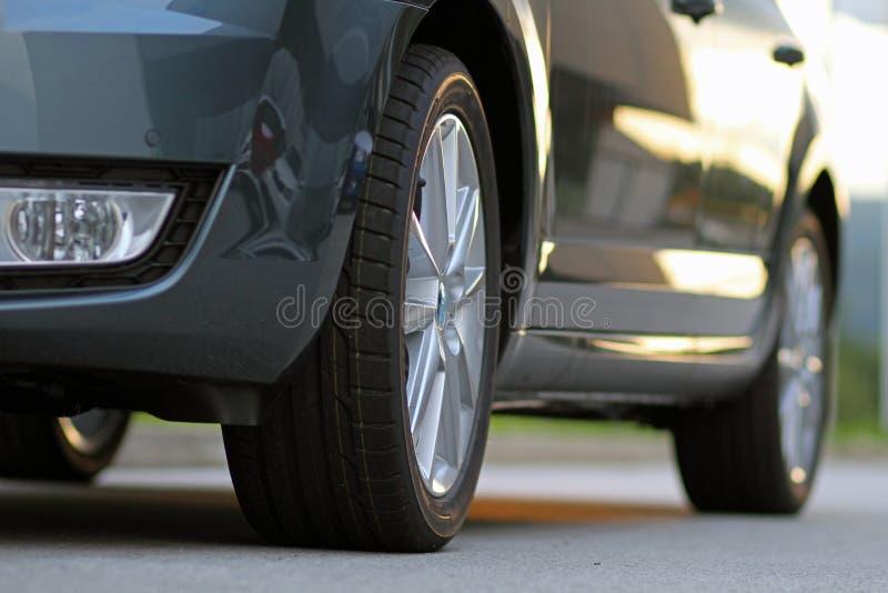 Bil med splitterny gummihjul, sikt för låg vinkel arkivbilder