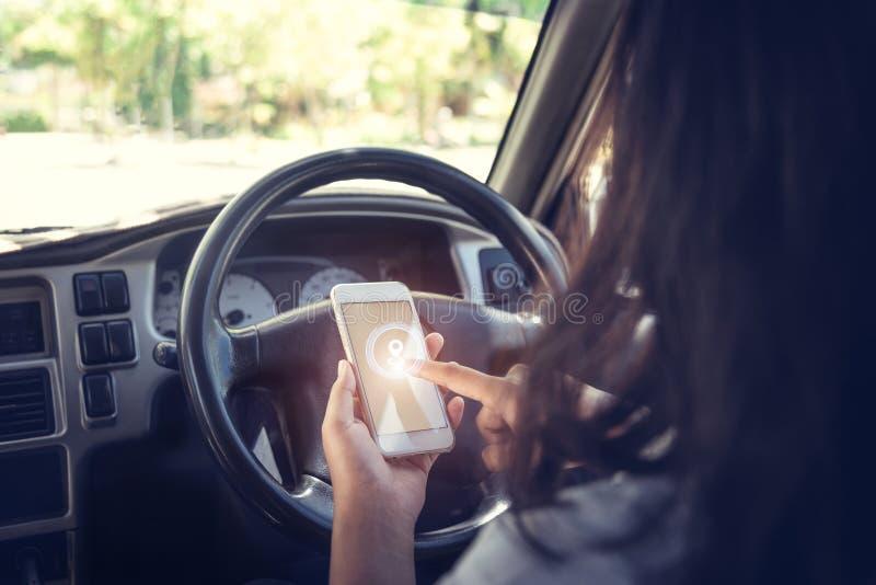 Bil mot affärsmannen som använder en smartphone arkivbild