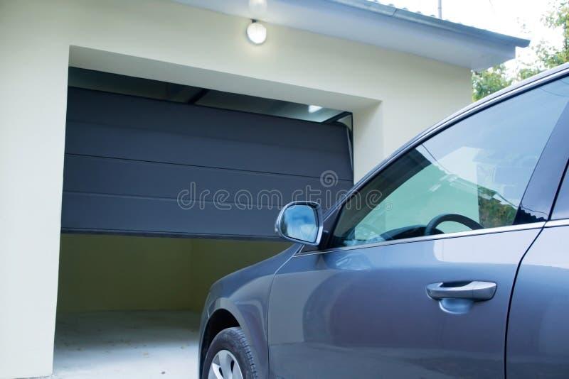 Bil nära den automatiska garagedörren royaltyfria bilder