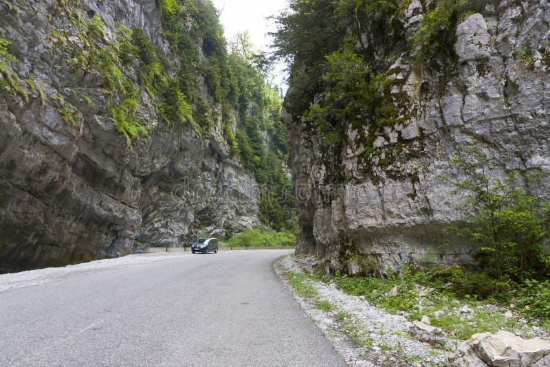 Bil nära klyftan i Abchazien royaltyfri foto