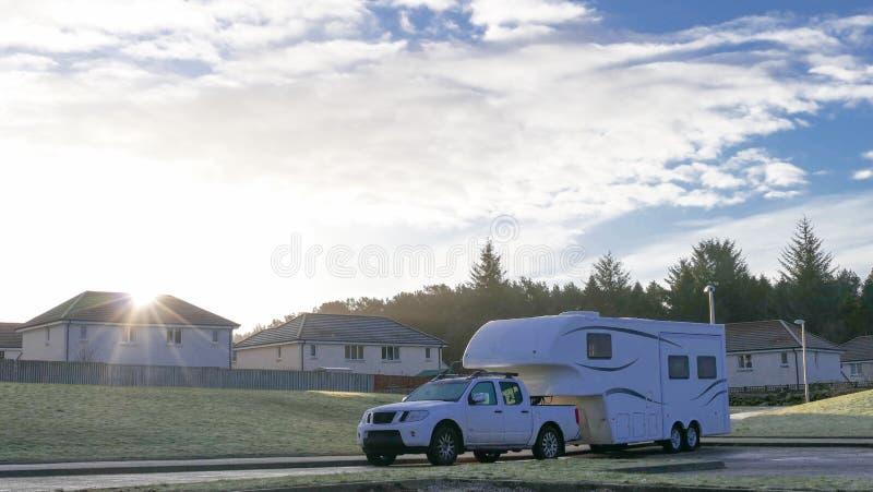Bil och husvagn på vägen arkivbilder