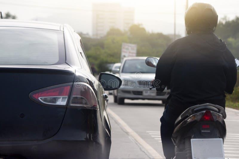 Bil och motorcyklar på vägen i föreningspunkt arkivbild