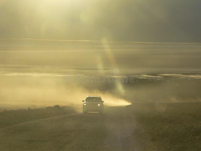 Bil på dammvägen på Death Valley royaltyfri fotografi