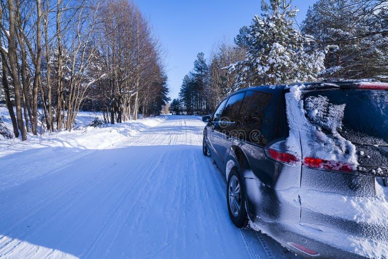 Bil på en farlig väg, snö och is. royaltyfria foton