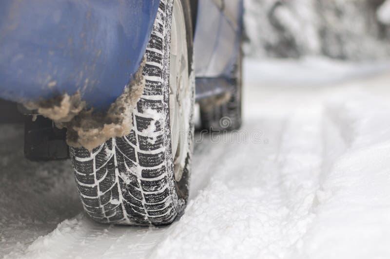 Bil på snowvägen arkivbild