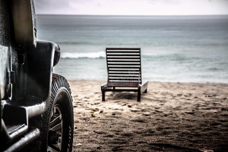Bil på stranden arkivfoton