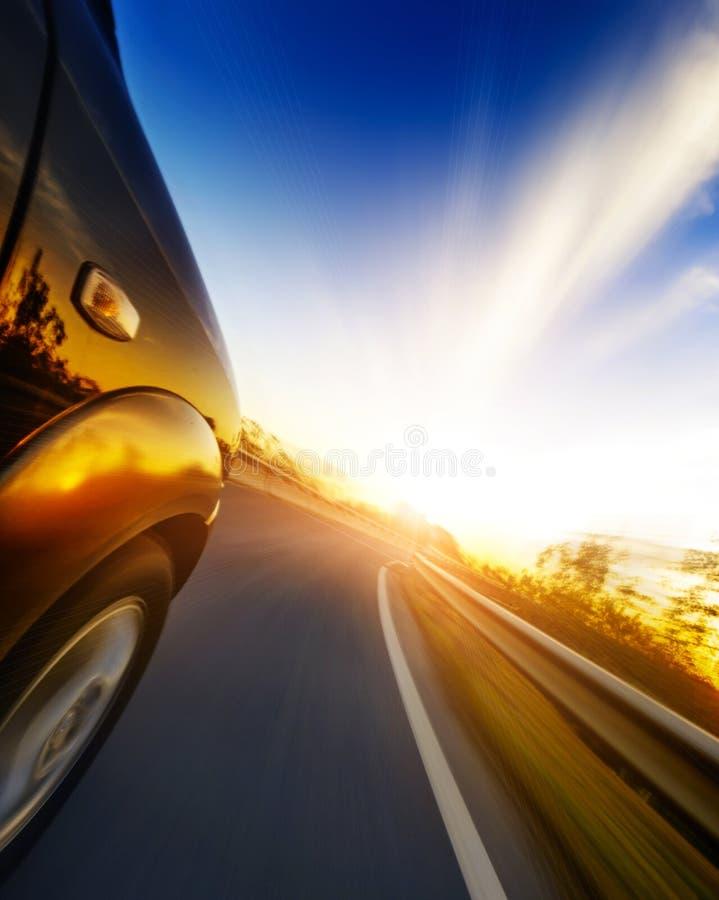 Bil på vägen royaltyfria bilder