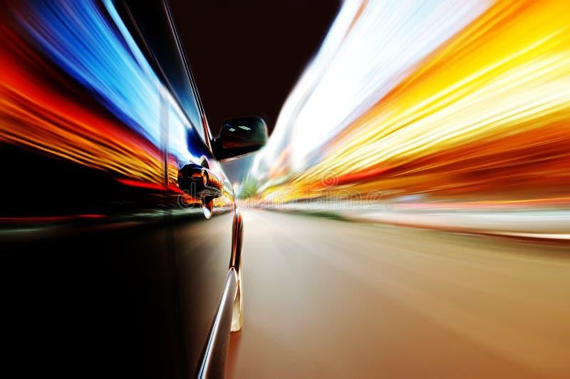 Bil på vägen i natten arkivfoto