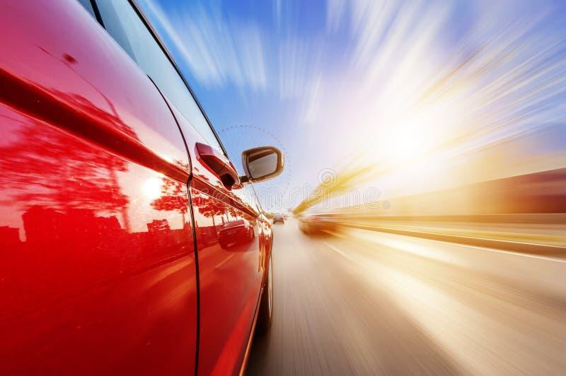 Bil på vägen med bakgrund för rörelsesuddighet arkivbilder