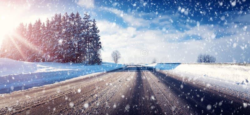 Bil på vintervägen royaltyfria foton