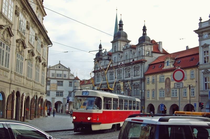 Bil Prague för vintermorgongata royaltyfri foto