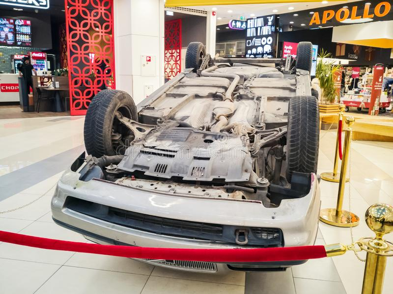 Bil som är uppochnervänd efter vägsammanstötning royaltyfria foton