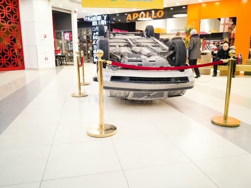Bil som är uppochnervänd efter vägsammanstötning royaltyfri illustrationer