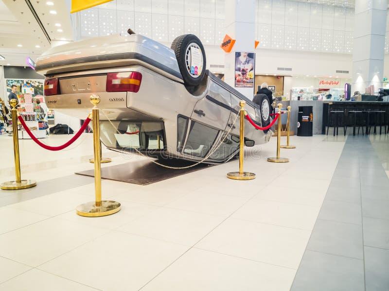 Bil som är uppochnervänd efter vägsammanstötning royaltyfria bilder